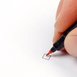 Hand met rode pen klaar om checkbox te merken stock afbeelding