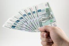 Hand met Russische roebels Royalty-vrije Stock Afbeelding
