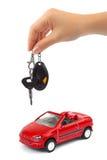 Hand met sleutel en auto stock fotografie