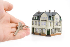 Hand met sleutel voor huis royalty-vrije stock afbeeldingen