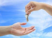 Hand met sleutels Stock Foto's