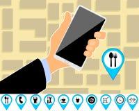 Hand met smartphone en kaart Stock Afbeeldingen