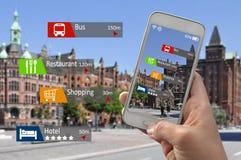 Hand met smartphone vergrote werkelijkheid stock afbeelding