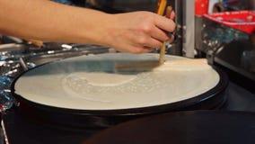 Hand met Speciale Hulpmiddelen die Pannekoeken op de Plaat koken stock video