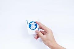 Hand met speelkaarten op witte achtergrond worden geïsoleerd die Royalty-vrije Stock Foto's