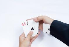 Hand met speelkaarten op witte achtergrond worden geïsoleerd die Stock Foto's
