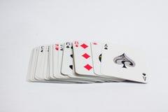 Hand met speelkaarten op witte achtergrond worden geïsoleerd die Royalty-vrije Stock Afbeeldingen
