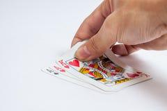 Hand met speelkaarten op witte achtergrond worden geïsoleerd die Royalty-vrije Stock Fotografie
