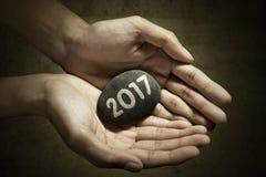 Hand met steen en nummer 2017 Royalty-vrije Stock Afbeeldingen
