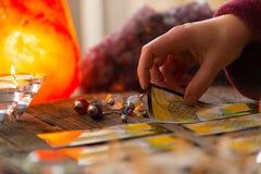 Hand met tarotkaart Stock Fotografie