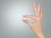 Hand met uiterst kleine dollarrekening Stock Afbeelding