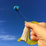 Hand met vlieger tegen hemel stock foto's