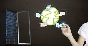 Hand met voorzien van een netwerkpictogrammen en server tegen zwarte achtergrond Stock Afbeeldingen