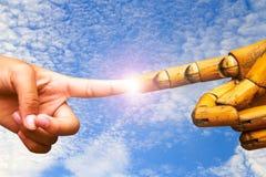 Hand met wijsvinger die met houten wijsvingerhand richten op Royalty-vrije Stock Foto's