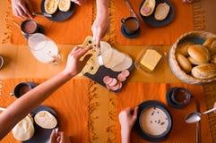 Hand met worsten en kaas stock foto's