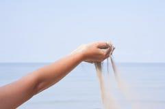 Hand met zand op overzees Royalty-vrije Stock Foto
