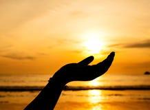 Hand met zonsondergang Stock Afbeeldingen