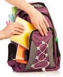 Hand mit Übungsbuch und -tasche Lizenzfreies Stockfoto