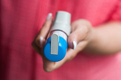 Hand mit Asthmaaerosol Lizenzfreies Stockfoto