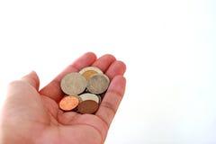 Hand mit Badmünzen Stockfoto