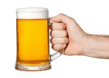 Hand mit Becher Bier stockfoto