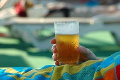 Hand mit Bier Stockfotos