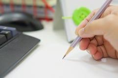 Hand mit Bleistift auf Schreibtischbüro lizenzfreie stockfotos