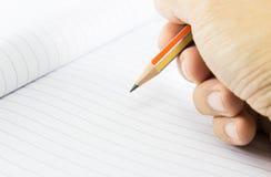 Hand mit Bleistift nehmen Kenntnisse Stockfotografie