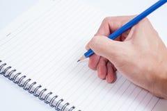 Hand mit Bleistiftschreiben etwas auf weißem Hintergrund Stockfotografie
