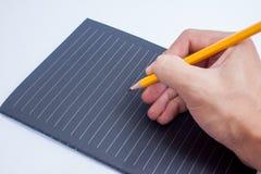 Hand mit Bleistiftschreiben etwas auf weißem Hintergrund Lizenzfreies Stockbild
