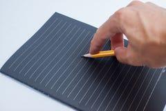 Hand mit Bleistiftschreiben etwas auf weißem Hintergrund Stockfoto
