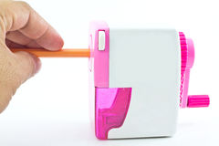 Hand mit Bleistiftspitzer des Bleistifts Lizenzfreies Stockfoto