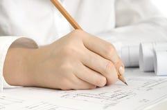 Hand mit Bleistiftzeichnung Stockfotos
