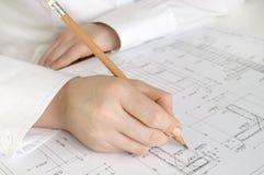Hand mit Bleistiftzeichnung Stockbilder
