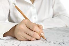 Hand mit Bleistiftzeichnung Lizenzfreie Stockfotos