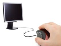 Hand mit Computermaus und -überwachungsgerät lizenzfreie stockfotografie