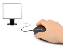 Hand mit Computermaus und -überwachungsgerät lizenzfreie stockbilder