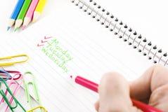 Hand mit dem Bleistift, der weg von der Liste überprüft Stockbilder