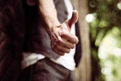 Hand mit dem Daumen oben Abschluss oben Lizenzfreie Stockfotografie