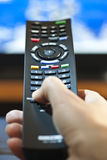 Hand mit dem Fernsehen Fernsteuerungs Stockbild