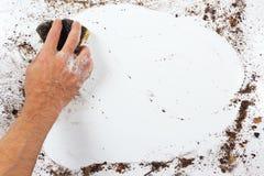 Hand mit dem nassen Schwamm, der schwer Oberfläche wäscht Stockfoto