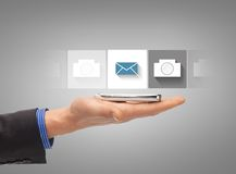 Hand mit dem Smartphone, der Anwendung zeigt Lizenzfreie Stockbilder