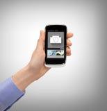 Hand mit dem Smartphone, der Anwendung zeigt Stockfoto