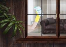 Hand mit dem Stoff, der das Fenster des hölzernen Hauses säubert Lizenzfreie Stockfotos