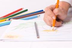 Hand mit dem Zeichenstift, der eine Blume skizziert. #2 Lizenzfreie Stockfotos