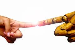 Hand mit dem Zeigefinger, der mit der hölzernen Zeigefingerhand mit zeigt Stockbild