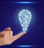 Hand mit den Ikonen geformt als Glühlampe Lizenzfreies Stockbild