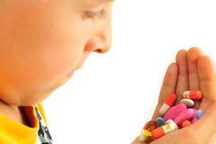 Hand mit den Pillen, zum von Medizin zu benutzen Stockbild
