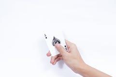Hand mit den Spielkarten lokalisiert auf weißem Hintergrund Lizenzfreies Stockfoto