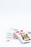 Hand mit den Spielkarten lokalisiert auf weißem Hintergrund Stockbilder
